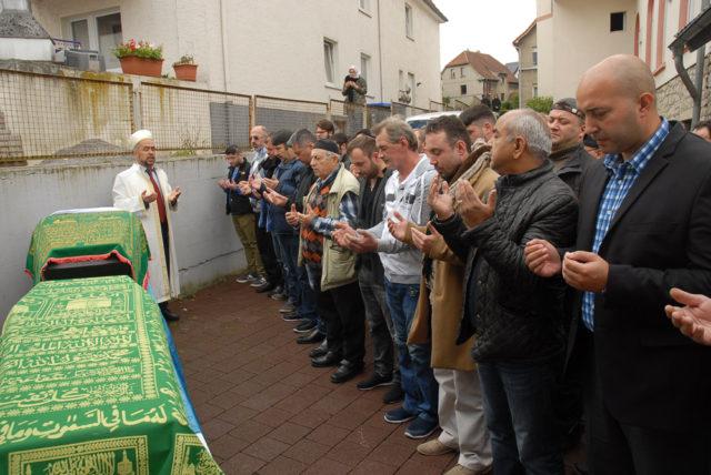 Detmold Milli Görüş teşkilatı din görevlisi Aydın Karataş kıldırdı.