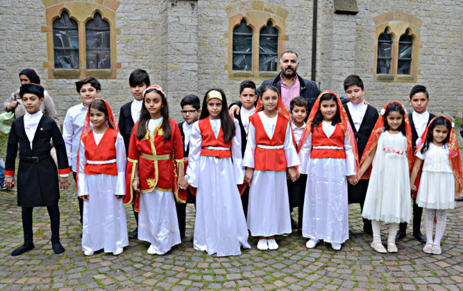 Erkekler soldan: Murat, Ahmet, Emin, Gökberk, Yusuf, Tugay, Malik, İsa. Kızlar soldan sağa: Nazlı, Cansu, Büşra, Yaren, Zehra, Seren, Yaren