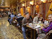 Heyette bulunan gazeteciler akşam yemeklerini yerken, fiyatın şişirileceğinden haberleri yoktu.