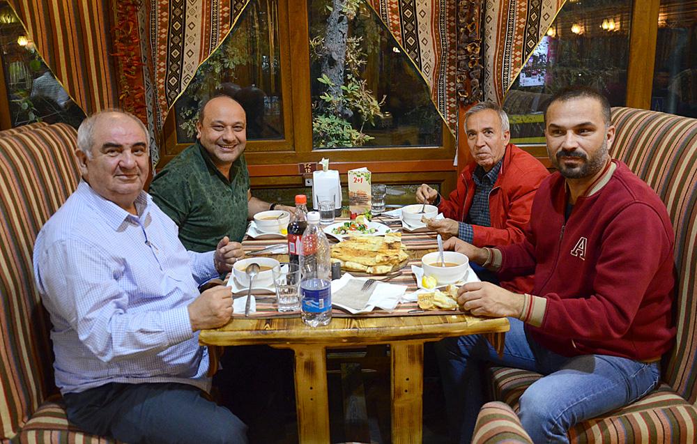 Türkiye Gazeteciler Federasyonu heyeti içinde yer alan kişilerden biri de Sabah gazetesi yazarlarından Yavuz Donat'tı (kırmızı montlu).