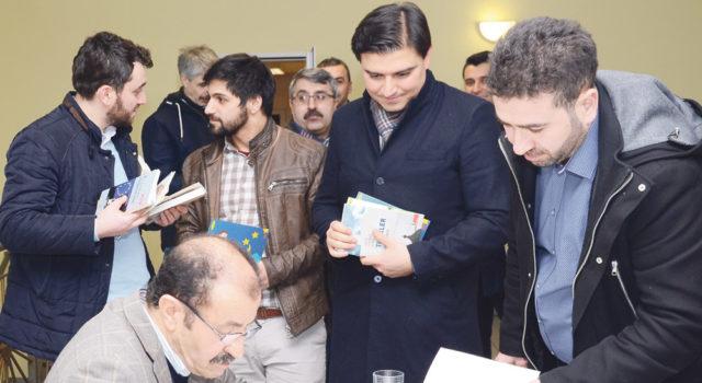Alman Türk Yazarlar Birliği Başkanı Mahmut Aşkar Melle'de okurlarıyla buluşdu ve kitaplarını imzaladı.