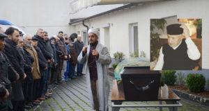 Bielefeld Merkez Cami din görevlisi Sadi Koca, namazdan önce helallik aldı