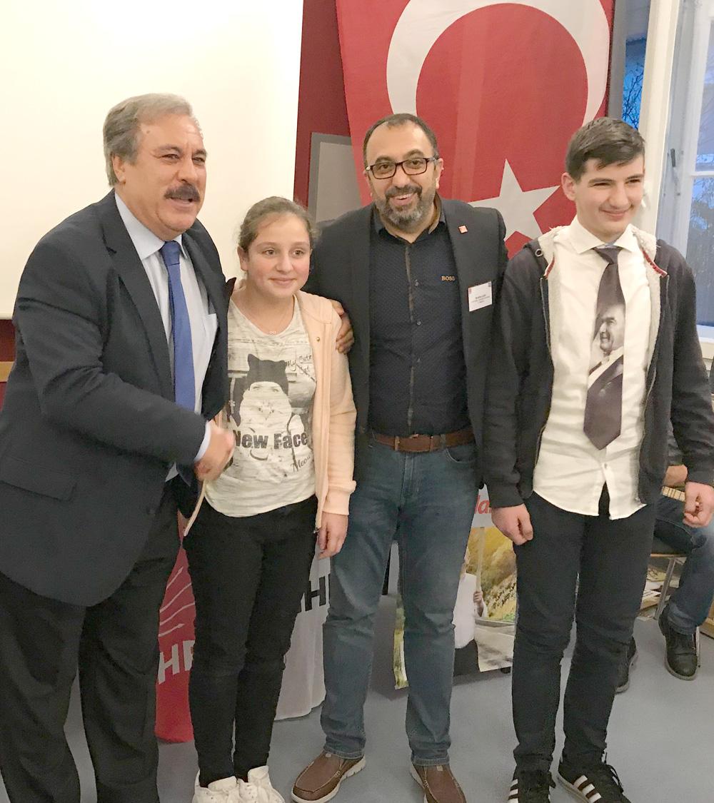 CHP OWL-temsilciliğinin düzenlediği tanışma ve kaynaşma toplantısına katılan üyelerin yanı sıra gençler Aylin Albay ve Mahir Devrim Deniz'e de rozetlerinin verilmesi gençleri çok sevindirdi.