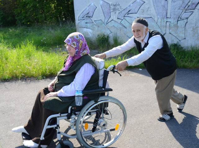 Temel Seyitoğlu 65 senedir birlikte olduğu eşi Hayriye hanımı gezdirliği bir güneşli gün.