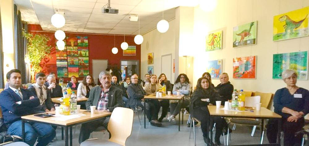 Toplantıya katılan CHP gönüllüleri konuşmaları dikkatle dinlediler.