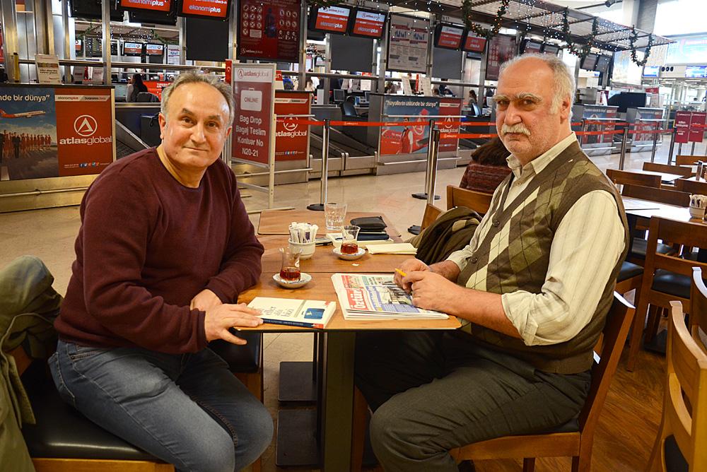 Şefik Kantar (sağ), yeni kitabını imzalayarak Adnan Öztürk'e (sol) verdi.