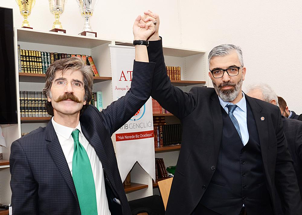 Seçim sonuçlarından sonra iki başkan adayı Esat Ayazoğlu (solda) ve İhsan Gökçen birlik, beraberlik ve dayanışma selamı verdiler