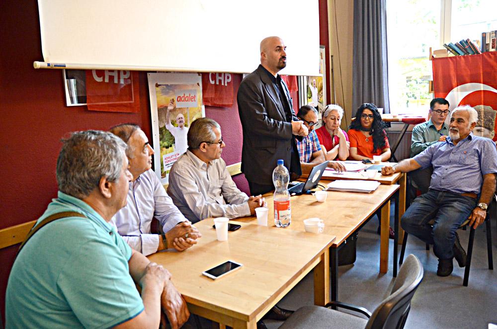 NRW – CHP genel sekreteri Cemalettin Özer kısa bir konuşma yaparak, seçime katılabilmek için kayıt yaptırmak gerektiğini söyledi.