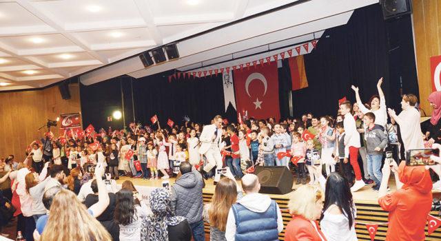 """Çocuklar hep birlikte """"Hayat Bayram Olsa"""" şarkısını okudular."""