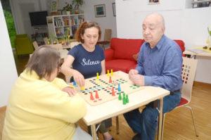 Yaşlılar hoş vakit geçiriyorlar.