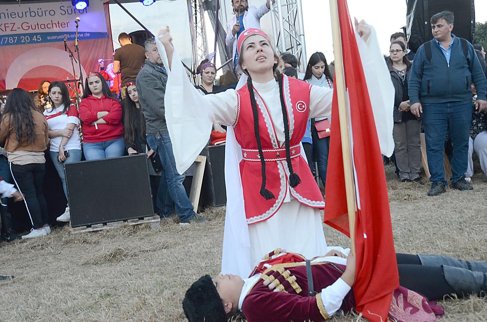 Şehrazat Şenol (şehit) ve Melike Karaca (dua eden)