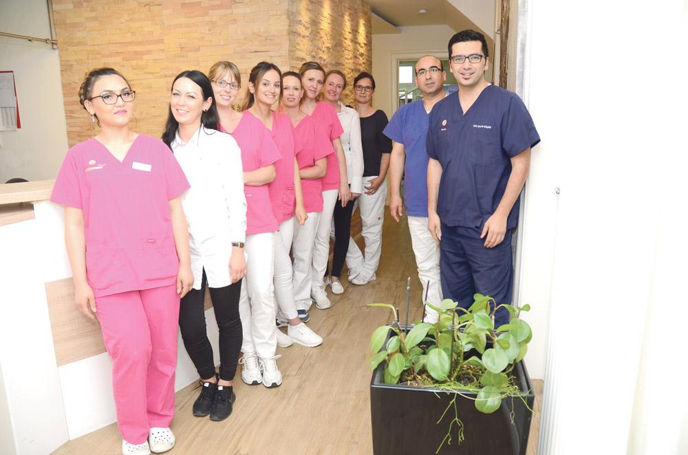 İşte; diş hekimi, implant uzmanı ve çene cerrahı Şerif Küçük'ün Bünde, Bahnhof Str. 57 numarada bulunan 11 kişilik profesyonel ekibi.