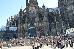Köln Dom Kilisesi önü.