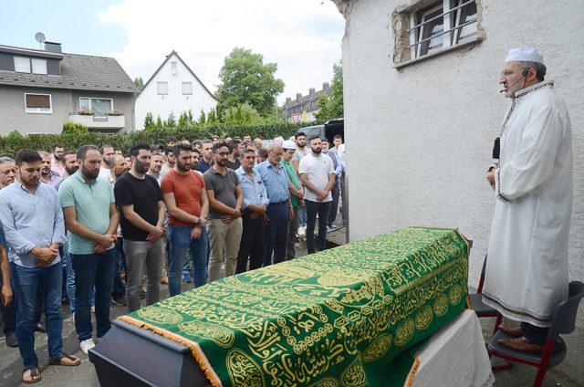 Bekir Gül'ün cenaze namazı Brackwede'deki Hicret Cami önünde Osman Aslantürk tarafından kıldırıldı.