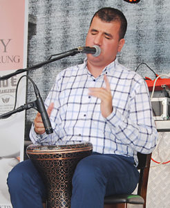 Türkiye'den âmâ sanatçı Bilal Göregen geldi.
