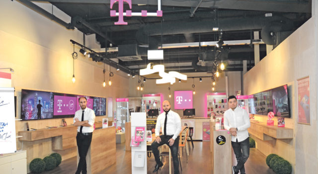 Soldan sağa: Serdar Kocayel, Yavuz ve Oğuz Özdemir ile Loom'da müşterileri karşılıyor.