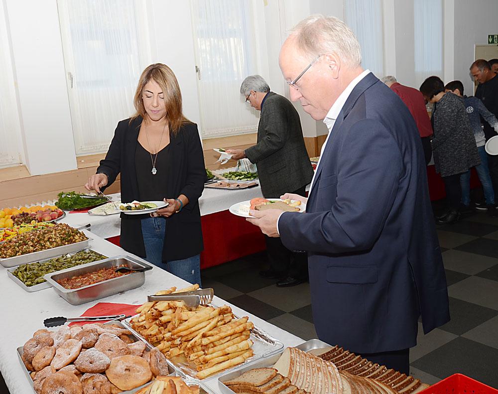 Kahvaltıda Bielefeld Belediye Başkanı Pit Clausen (sağdan 1.), tabağını kendisi doldurdu. Ona dernek başkanı Bahar Coşkun eşlik etti. (ortada)