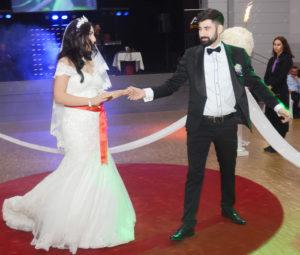 """Olcay ve Kerem ilk danslarını Atatürk'ün çok sevdiği şarkılardan biri olan """"Fikrimin İnce Gülü"""" ile yaptılar."""