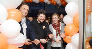 Metin Turali, Bilal Mert ve Neziha Turali açılış kurdelasını kestiler.