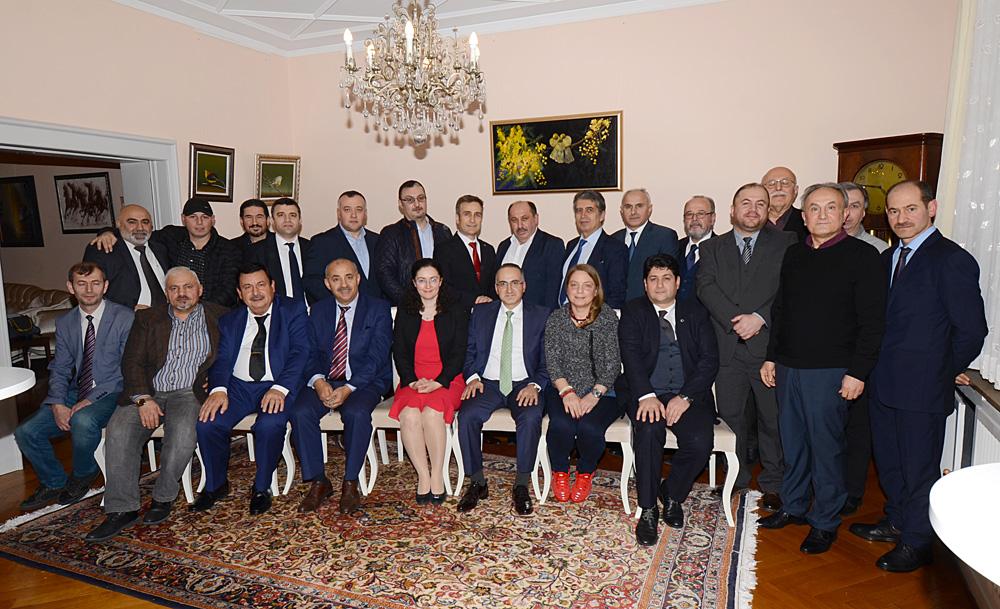 T.C. Essen Başkonsolosu Şener Cebeci (sol alttan 6.sırada) konsolosluk ikametgahında bölgede aktif olan medya mensuplarına akşam yemeği verdi.