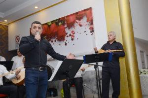 Konserde Erdal Türeli'de sahne aldı. Arif Salih Tosun (elinde saz olan)