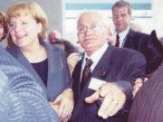 Atilla Kence, 2007 yılında Almanya başbakanı Angela Merkel'in (solda) davetlisi olarak Berlin'e gitmiş, yaptığı sosyal çalışmalardan dolayı ödüllendirilmişti.