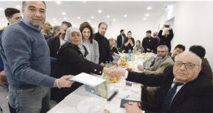 Ayaz Erdem 60 yıllık eşi Mahizer'e kitabını imzalayarak hediye etti (tokalaşanlar). Fotoğrafta sol başta Ogün Erdem ve eşi Nuran Erdem (soldan sağ üçüncü sırada).