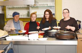 İftar yemeklerini hanımlar hazırladı, hanımlar servis yaptı.