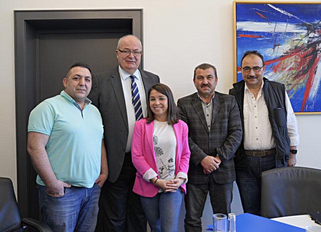 Hamm Belediye Başkanı Başkanı Thomas Hunsteger Petermann (uzun boylu) Ulu Cami yönetim kurulunu makamında kabul etti.