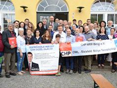 """CHP NRW Birliği-OWL Bielefeld Temsilciliği tarafından tertiplenen """"Desteğinizle Her Şey Çok Güzel Olacak"""" yardım kampanyasına katılan CHP'liler toplu halde.."""