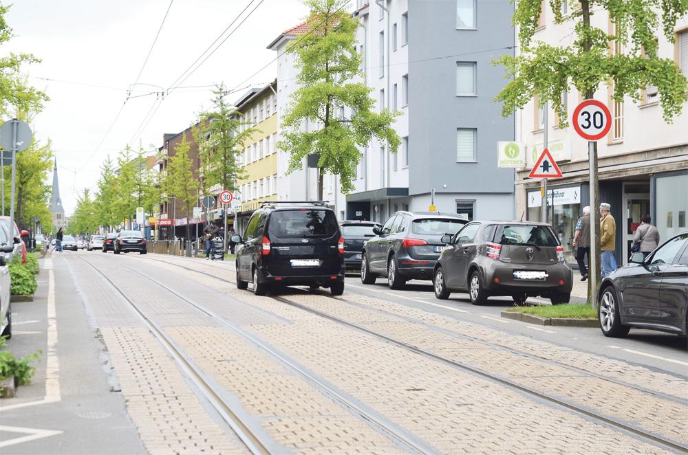 Bielefeld-Brackwede ve Brackwede'nin en işlek yeri, Haupt caddesi. Sık sık 30'luk levhaları bizi karşılıyor...