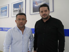 Adem Işık (sol başta) ve Türkiye'de beraber çalıştıkları otomobil kiralama şirketi sahibi Mustafa Diri ile.