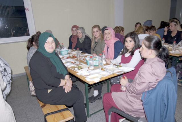 Hanımlarda iftar yemeğine büyük ilgi gösterdi.