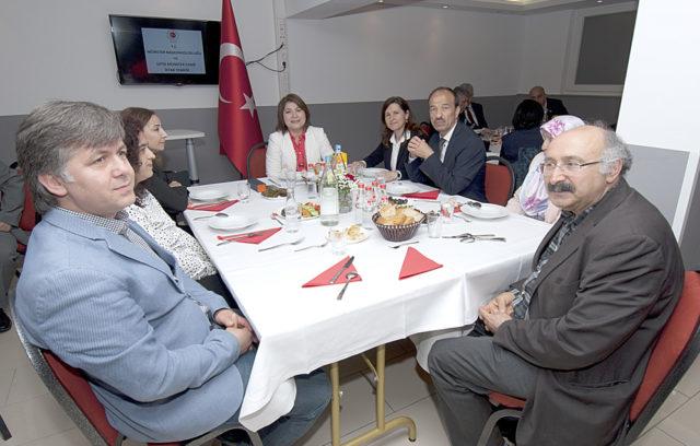 T.C. Münster Başkonsolosu Pınar Gülün Kayseri (ortada) misafirleriyle birlikte.