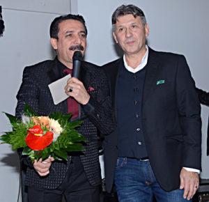 Herofrd Türkspor başkanı Aytekin Usta, Latif Doğan'a çiçek takdim etti.