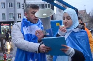 Bosnalı Nihat Sancak ve basın açıklaması yapan Nurin Mohamed.