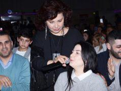 Sanatçı Gülşen Kutlu masaları dolaşırken mikrofonu Semra Erciyas'a uzattı.