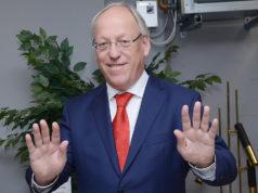 """Bielefeld Belediye Başkanı Pit Clausen, """"Sosyal mesafe tutalım mesajını"""" 7 Mart 2020 Cumartesi günü Adnan Öztürk'ün çektiği bu fotoğraf ile vermişti."""