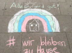 Zollstockgürtel Sokağı (çocukların boyadığı ve 'biz evde kalıyoruz' isimli karesi)