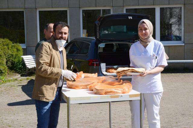 Bielefeld Müslüman Dernekler Çatı Kuruluşu Yönetim Kurulu üyesi Selvet Kocabey ve lahmacun ikramını alan Türkiye kökenli bir hemşire.