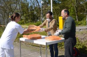 Bielefeld Müslüman Dernekler Çatı Kuruluşu Yönetim Kurulu üyesi Selvet Kocabey ve İsmet Kaya (sağda) lahmacun ikramını yaptılar.